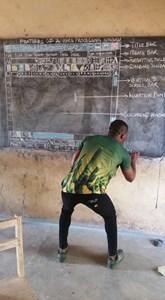 Sem computadores disponíveis, professor desenha o Word inteiro no quadro para ensinar alunos