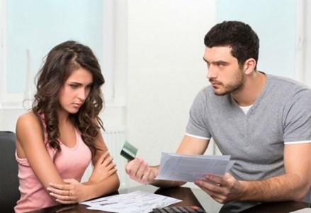 Gastar muito é um dos principais motivos de brigas entre casais
